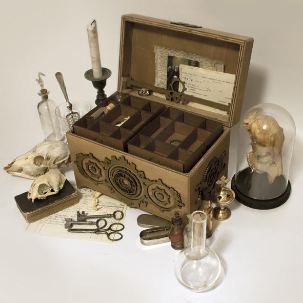 petites-curiosites-com-coffre-ossuaire-steampunk-02.jpg